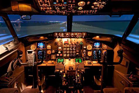 cabina di pilotaggio aereo come visitare la cabina di pilotaggio di un aereo vita donna
