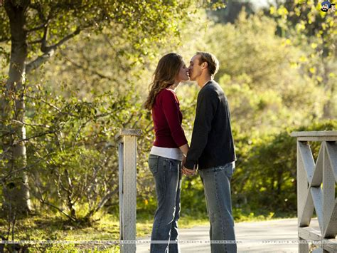 couple wallpaper santabanta com free download kiss day hd wallpaper 1