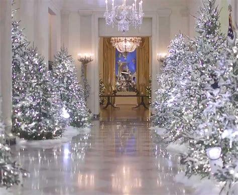 decoracion de navidad melania trump melania trump viste de blanco su casa blanca por navidad