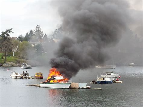 victoria fire boat boat in the gorge waterway destroyed by fire video