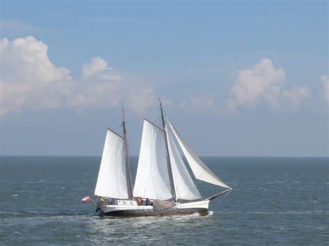 zeilboot op zee zeilboot op de waddenzee