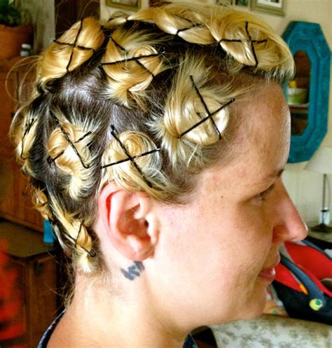 Pincurl your own hair with this pincurl tutorial!