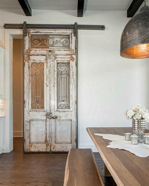 canapé ancien la porte coulissante dans toute sa splendeur