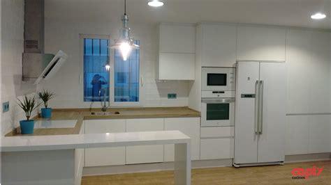 encimeras cocinas blancas cocinas blancas con encimeras de madera cocina blanca y