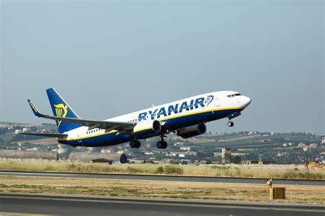 interno aereo ryanair trasporto aereo la low cost ryanair supera alitalia per