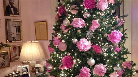 mariah carey decorates christmas tree with fresh roses
