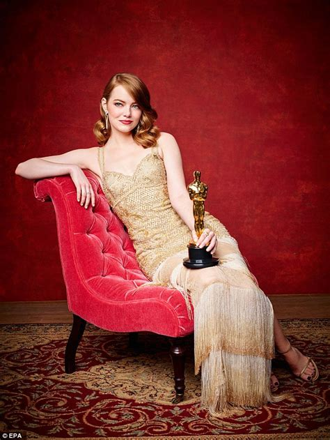 how old is actress emma stone oscar winners emma stone and casey affleck pose with gongs
