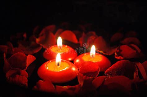 candele e petali di rosa candele con i petali di rosa 2 fotografia stock