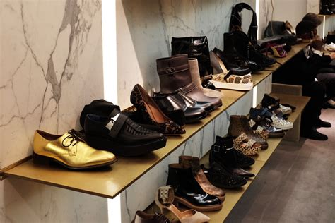 Barneys Shoe Sale by Barneys Ny Slash Shoe Prices Shoppers Flock To Store