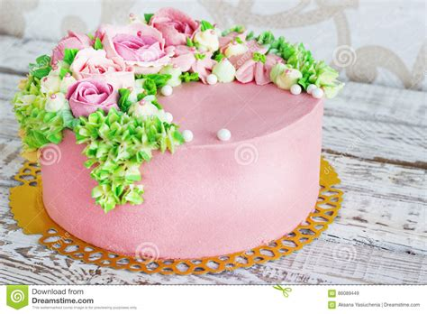 torte di compleanno con fiori la torta di compleanno con i fiori 232 aumentato su fondo