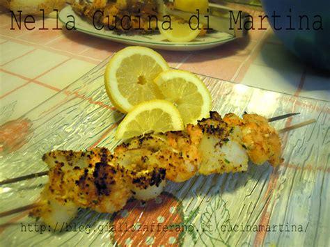cucinare pesce al barbecue spiedini di pesce ricetta di mare al barbecue