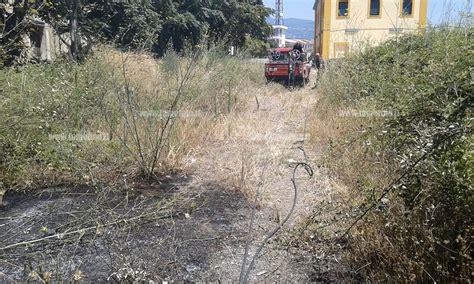 tralicci alta tensione vicino abitazioni lamezia incendio di sterpaglie alla stazione di sambiase
