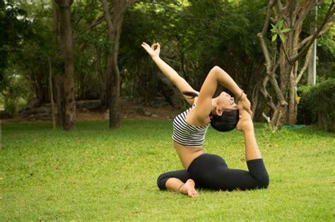 imagenes haciendo yoga mujer haciendo yoga sobre el c 233 sped descargar fotos gratis