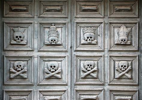 porta a porta matera file matera chiesa purgatorio porta con teschi jpg