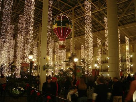 loved the christmas decor picture of gaylord opryland