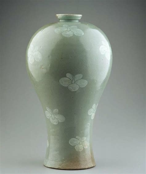 plum blossom vase maebyeong with painted decoration 청자