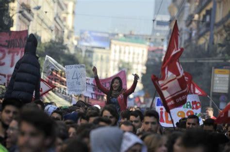 studenti napoli foto studenti in piazza a napoli ancora slogan contro la