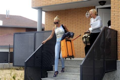 casa de belen esteban en paracuellos del jarama bel 233 n esteban y su madre saliendo del chalet en