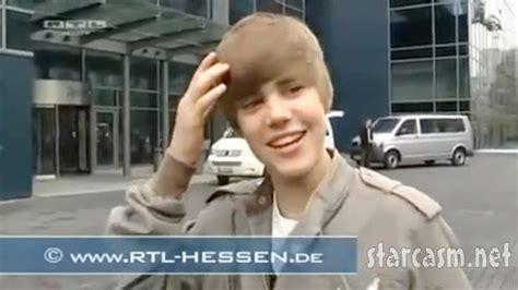 Justin Bieber Runs Into Glass Door Asik Gak Asik Justin Bieber Running Into Glass Door