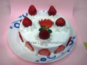 erdbeeren kuchen strawberry cake three ramekins