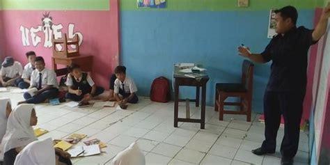 Meja Belajar Di Depok miris siswa mtsn depok belajar tanpa meja dan kursi