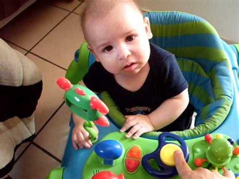 andaderas para beb bebe gracioso se asusta con su andadera youtube