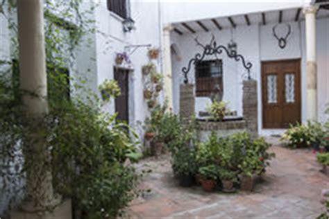 cortile spagnolo cortile spagnolo tipico immagine stock libera da diritti