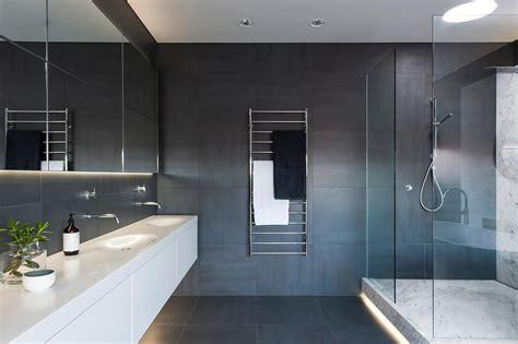 award winning bathroom designs ausgezeichnetes monochromatisches bad von minosa design