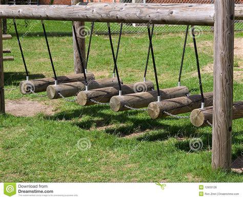 Wood Swing Bench Oscillations En Bois Dans Une Cour De Jeu Photos Libres De