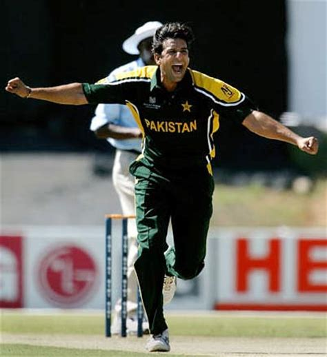 wasim akram swing bowling pakistan cricket players wasim akram photos desing pics