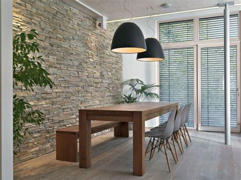 beleuchtung natursteinwand wohnzimmer natursteinwand im wohnzimmer im landhausstil gestalten