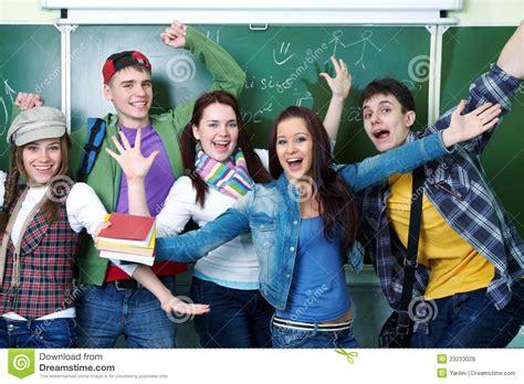 imagenes libres estudiantes grupo de estudiantes felices jovenes fotos de archivo