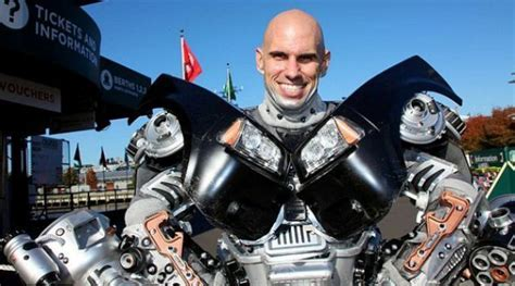 membuat film robot seorang pria buat kostum robot dari sikat wc kabar
