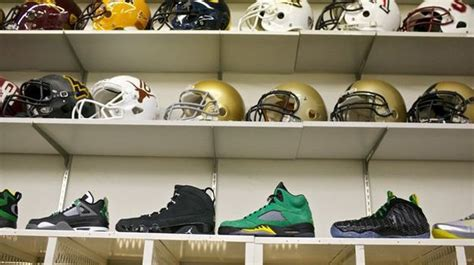 oregon ducks football locker room a look inside the oregon ducks locker room sports sneakers oregon ducks