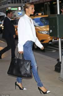 nicole richie wearing jeans nicole richie looks effortlessly cool in a voluminous