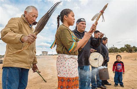 une hutte indienne au cœur de la nation navajo la croix
