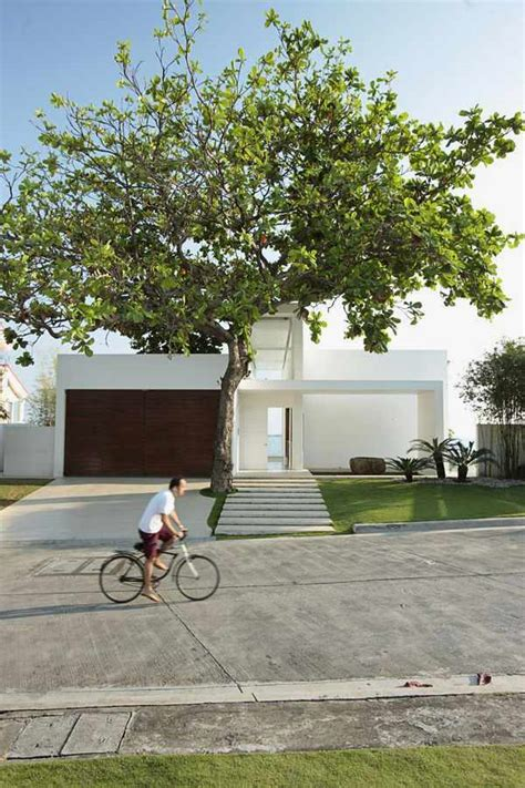 simple and modern coastal house with sea view by chut