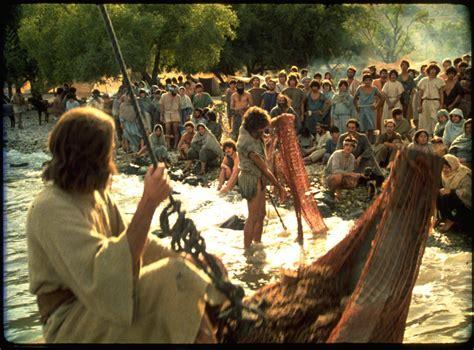imagenes de multitudes orando eternamente salvo persona a persona
