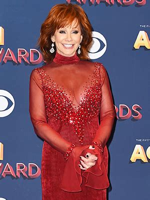 reba mcentire s costume changes at acm awards dresses reba mcentire s outfits at acm awards 2018 photos