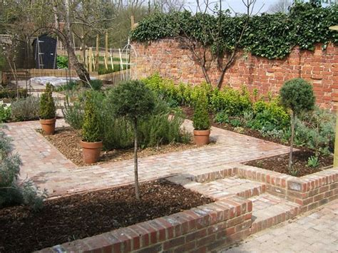 small garden wall 17 best ideas about small courtyard gardens on