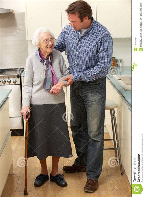 madre con su hijo en la cocina hijo de la madre y del adulto en cocina im 225 genes de
