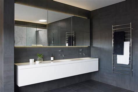 Who In The Bathroom by Minimalistisches Luxus Badezimmer Minosa Design