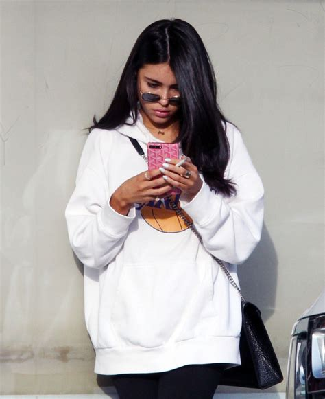 madison beer nails madison beer leaves hands nail spa in los angeles 01 02