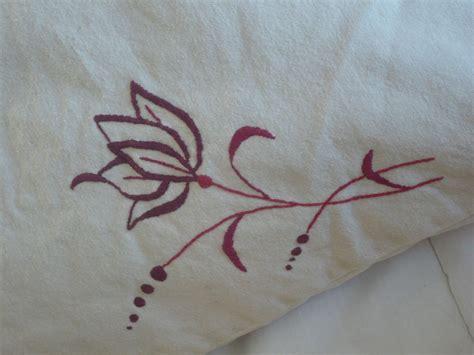 le pour broderie broderie traditionelle de fleur sur coussin pris co