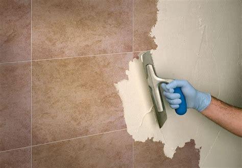 come mettere le piastrelle al muro rinnovare le piastrelle senza rimuoverle consigli