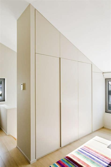 schräge schrank graue farbe schlafzimmer