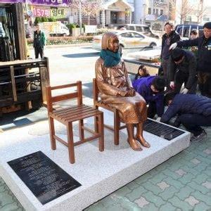 consolato giapponese a giappone e corea sud la statua in ricordo delle