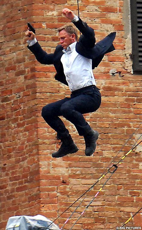 film action terbaik james bond daniel craig stays in perfect shape performs many stunts