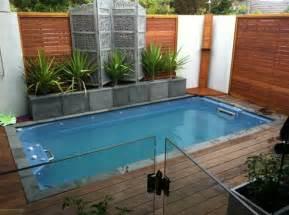 small backyard ideas with pool una piscina peque 241 a en el patio trasero un gran capricho