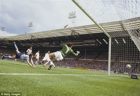 Keith houchen heads coventry s second in the 1987 fa cup final in a